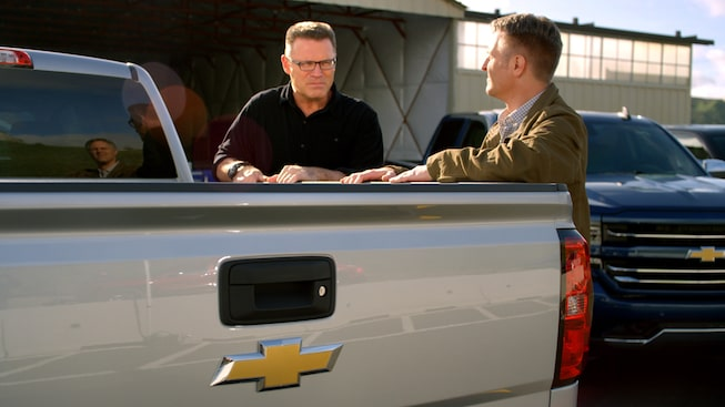 Silverado Films: Howie Long Compares Truck Beds