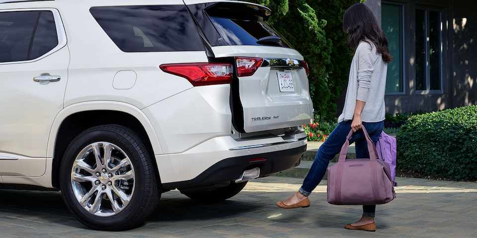 2019 Traverse Mid Size SUV Design: hands free lift gate